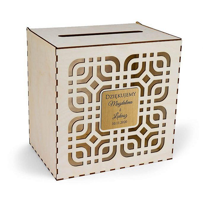 drewniana skrzynka na koperty z nowoczesnym motywem złota tabliczka