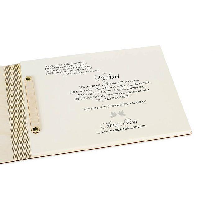 tekst na pierwszej wewnętrznej stronie księga gości z drewna