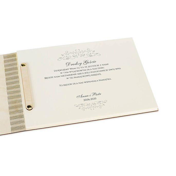tekst na pierwszej wewnętrznej stronie księga gości z drewnianą okładką