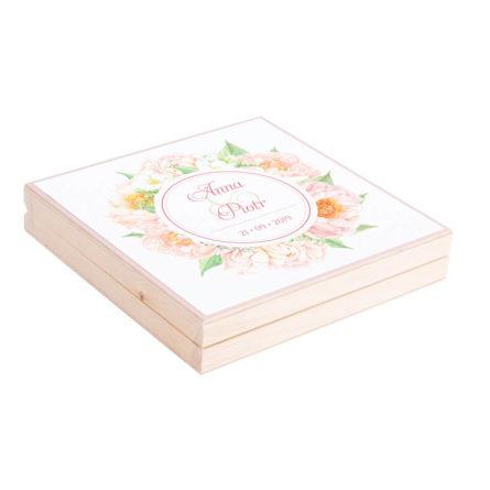 Eleganckie drewniane pudełko podziękowanie zaproszenie dla rodziców motyw kwiatowy piwonie frezja