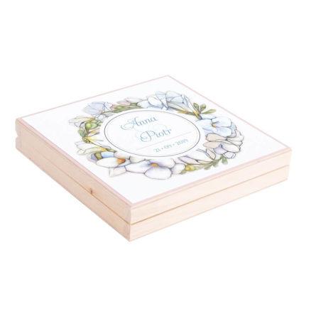 Eleganckie drewniane pudełko podziękowanie zaproszenie dla rodziców motyw kwiatowy białe frezje