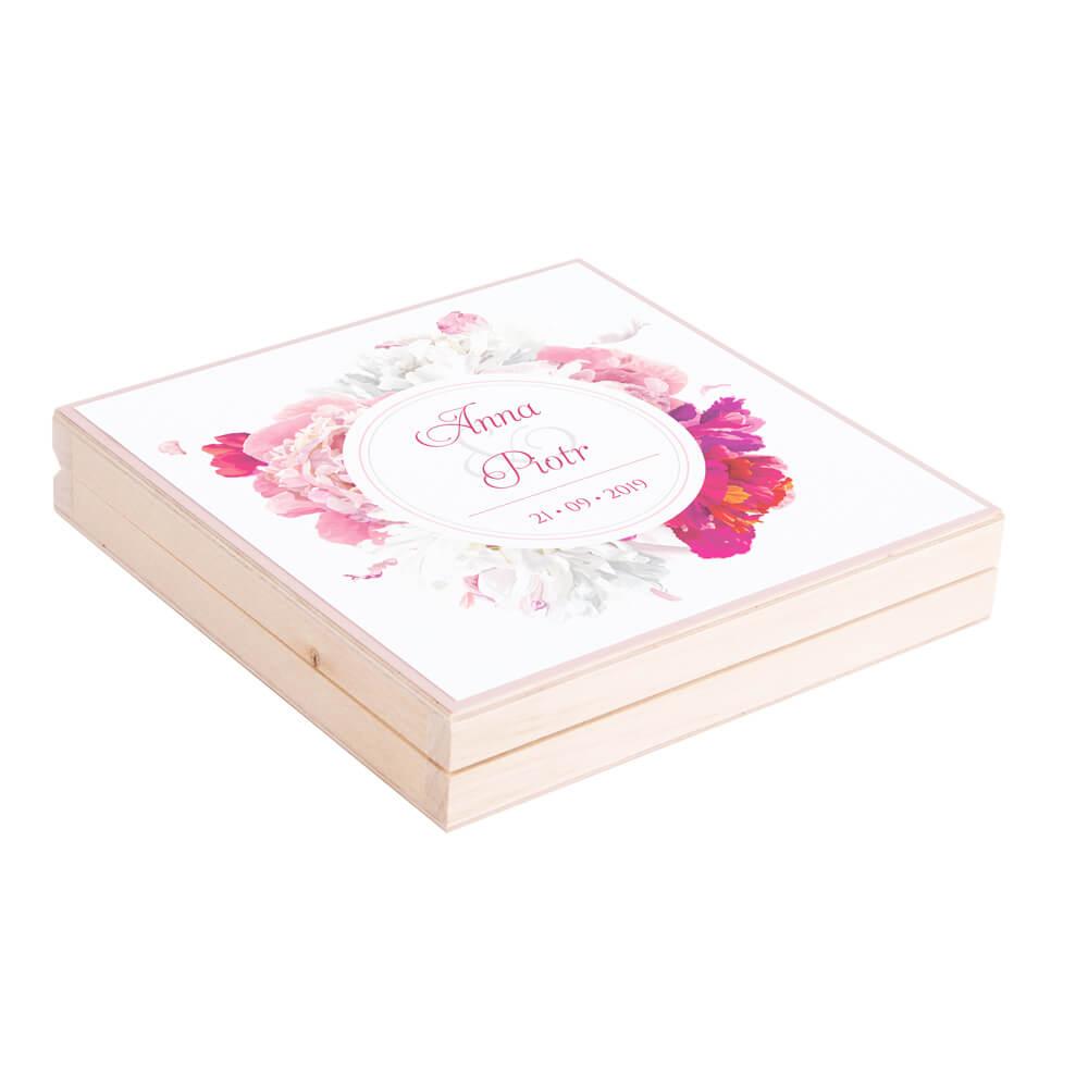 Eleganckie drewniane pudełko podziękowanie zaproszenie dla rodziców motyw kwiatowy piwonie jasne