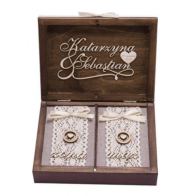 drewniana szkatułka na obrączki ślubne z personalizacją