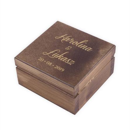 Brązowe pudełko na obrączki ze złotym napisem