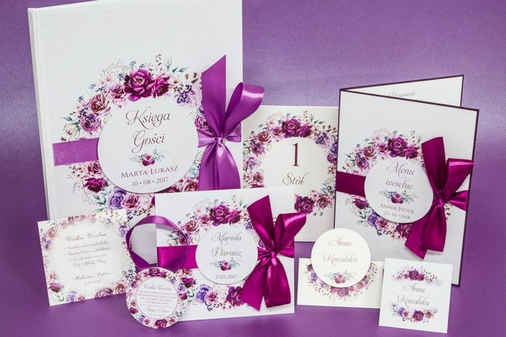 Zaproszenie ślubne i dodatki weselne w jednej stylistyce z kwiatami