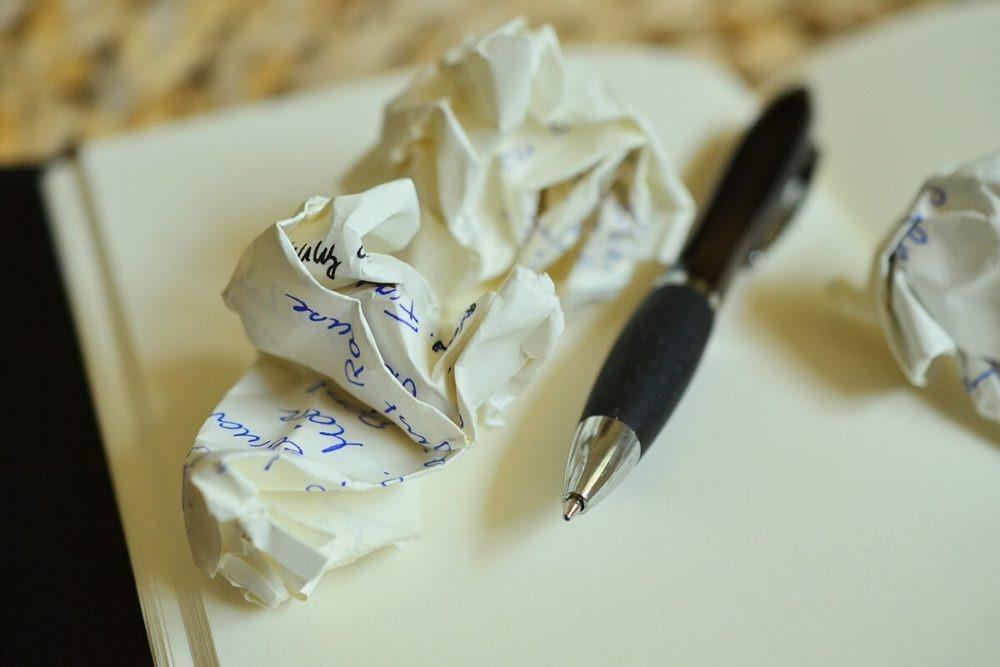 pisanie listy gości weselnych na zaproszenia ślubne lub dodatki weselne