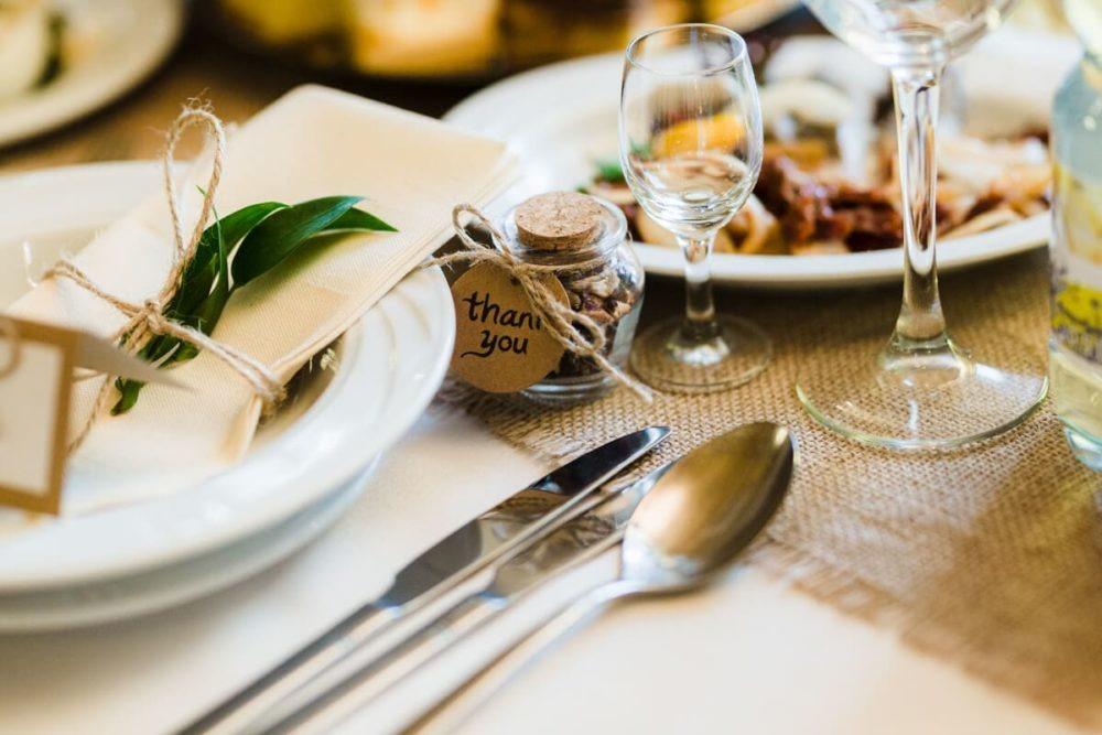 stół wesele nakrycie podziękowanie dla gości zielony liść