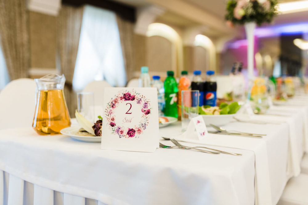 stół weselny numer stołu nakrycia potrawy
