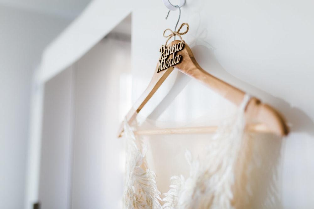 suknia ślubna wieszak drewniany