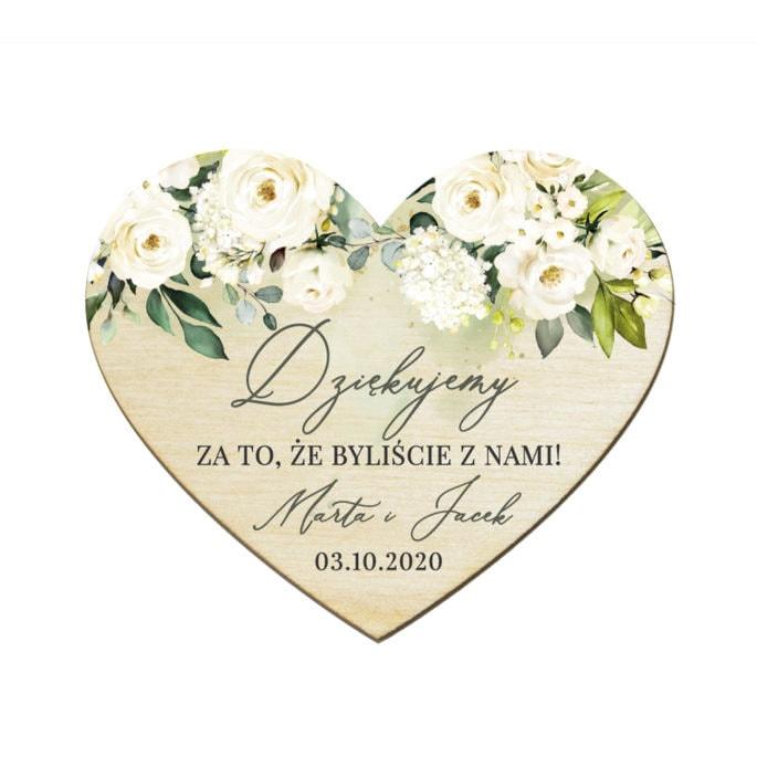 Podziękowanie dla gości weselnych drewniany magnes z białymi kwiatami i zielonymi gałązkami