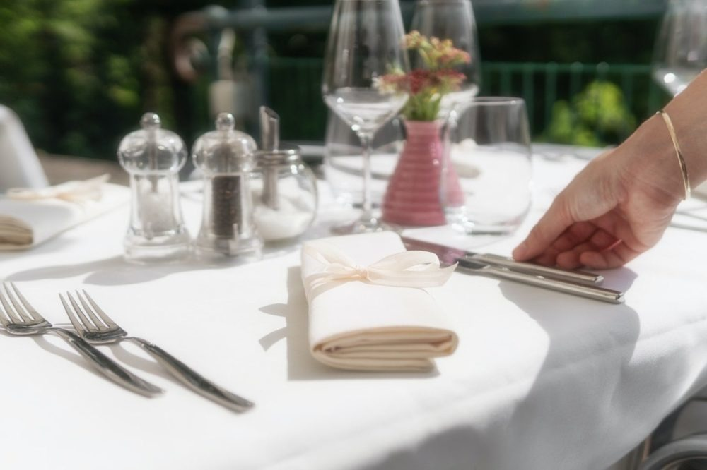 serwetki na stole weselnym