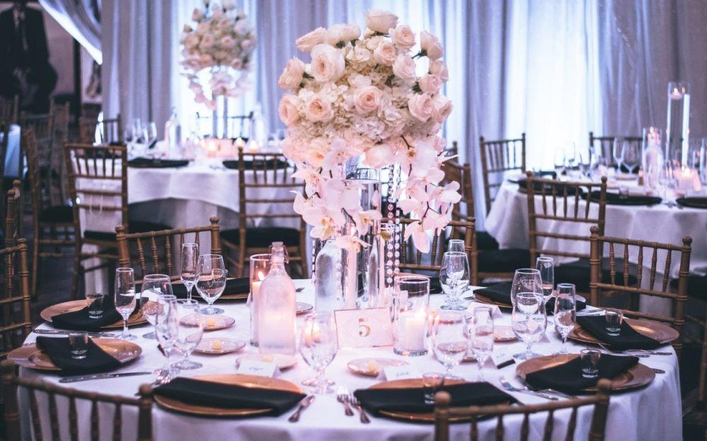 zdjęcie sali weselnej stół okrągły dekorowany kwiatami